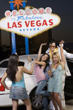 Женщина фотографируя друзей и имитатора Elvis Presley стоковые фото