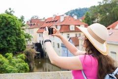 Женщина фотографируя старый городок в Праге с smartphone Стоковая Фотография RF