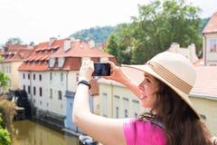 Женщина фотографируя старый городок в Праге с smartphone Стоковое Изображение RF