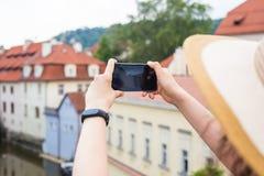 Женщина фотографируя старый городок в Праге с smartphone Стоковая Фотография