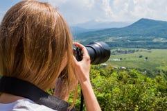 Женщина фотографируя с камерой внешней Стоковая Фотография RF