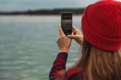 Женщина фотографируя с мобильным телефоном Стоковая Фотография RF