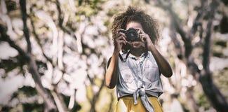 Женщина фотографируя с цифровой фотокамера Стоковые Изображения RF