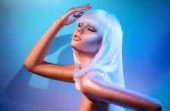 Женщина фотомодели в красочных ярких неоновых светах sparkles и представляя в студии стоковое фото rf