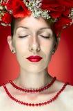 Женщина фотомодели красоты с красным маком цветет в ее волосах Стоковое Изображение RF