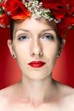 Женщина фотомодели красоты с красным маком цветет в ее волосах Стоковые Изображения RF
