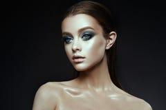 Женщина фотомодели с фантазией составляет Длиной дуя коричневые волосы стоковое изображение