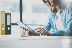 Женщина фото используя таблетку цифров руки касатьться экрана Молодой экипаж дела работая с новой Startup студией Запачканный, фи стоковые фотографии rf