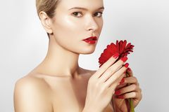 Женщина фото красоты конца-вверх сексуальная с красными губами, губной помадой и красивым красным цветком Кожа курорта чистая Стоковое Фото