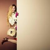 Женщина фото молодая красивая в плаще в интерьере Стоковое Изображение