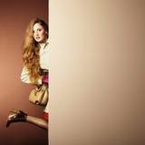 Женщина фото молодая красивая в плаще в интерьере Стоковые Фото
