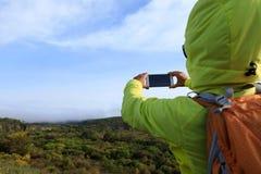 женщина фото телефона франтовская принимая Стоковое Изображение RF