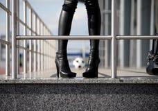 женщина футбола ботинок шарика черная Стоковая Фотография RF