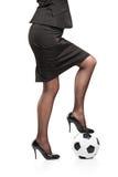 женщина футбола шарика стоящая Стоковое Фото