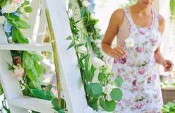 Женщина флориста на работе Стоковое Фото