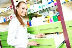 Женщина химика аптекаря работая в аптеке фармации Стоковые Изображения