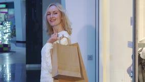 Женщина ходит по магазинам на моле стоковое фото