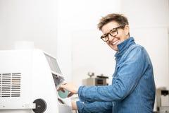 Женщина хонингует край eyeglasses стоковое фото rf