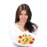 Женщина хочет съесть макаронные изделия спагетти с едой итальянки шримсов стоковое фото rf