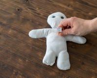 Женщина хочет человека влюбленн в она и пробует куклу voodoo, стоковая фотография