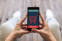 Женщина ходит по магазинам на онлайн магазине Значок тележки Е-комменция стоковые изображения