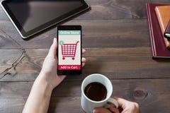 Женщина ходит по магазинам на онлайн магазине Значок тележки Е-комменция Стоковые Фото