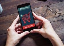 Женщина ходит по магазинам на онлайн магазине Значок тележки Е-комменция Стоковое фото RF