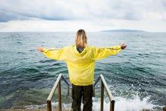 женщина храбрейшему приветствию бурная стоковые фотографии rf