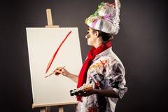 Женщина художника с красками в руках стоковое изображение