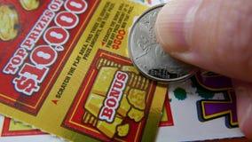 Женщина царапая билет лотереи на разделе бонуса стоковые фото