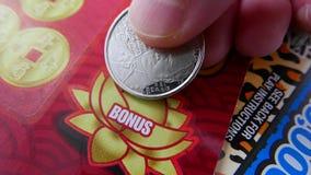 Женщина царапая билет лотереи на разделе бонуса стоковые фотографии rf