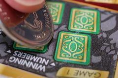 Женщина царапая билет лотереи стоковая фотография