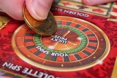 Женщина царапая билет лотереи стоковые фото