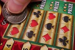 Женщина царапая билет лотереи стоковые изображения