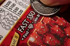 Женщина царапая билет лотереи стоковое фото rf
