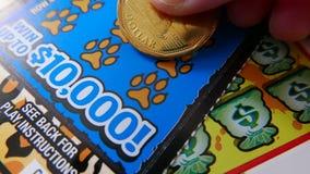 Женщина царапая билет лотереи стоковые фотографии rf