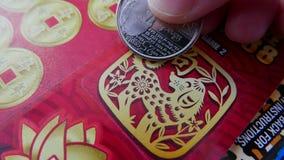 Женщина царапая билет лотереи стоковые изображения rf