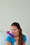 женщина цветка любящая Стоковые Фото