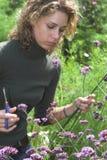 женщина цветков вырезывания милая Стоковые Изображения
