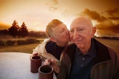 Женщина целует застенчивого человека стоковая фотография rf