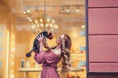 Женщина целуя маленькую собаку Стоковая Фотография RF