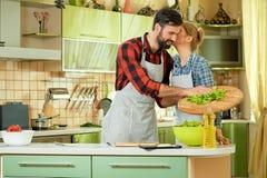 Женщина целуя человека, кухни Стоковое Изображение RF