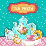 женщина чая партии пить ослабляя Карточка с чайником, чашкой и десертом Стоковое Изображение