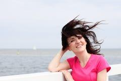Женщина чего в стороне дует морской ветер Стоковое Изображение