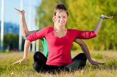 Женщина человека и женщины делая йогу в парке Стоковое Фото