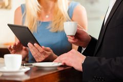 женщина человека кафа сидя стоковые изображения