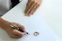 Женщина человека руки на бумаге с женится кольцо стоковое изображение rf