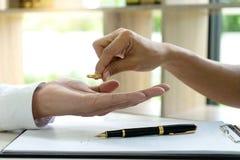 Женщина человека руки на бумаге с женится кольцо стоковая фотография rf