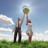женщина человека удерживания глобуса Стоковые Изображения
