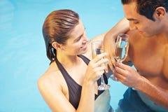 женщина человека шампанского выпивая Стоковое Изображение